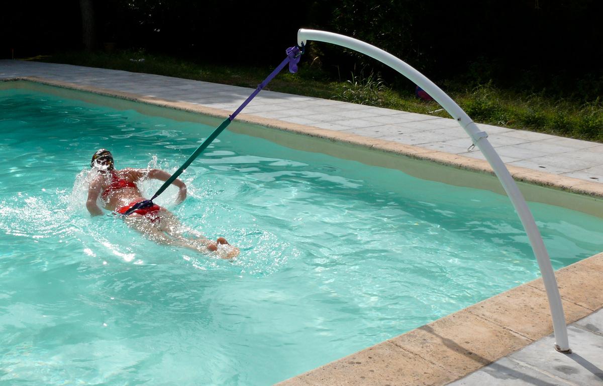Piscine transformez la en espace de loisirs abri de for Accessoire nage piscine