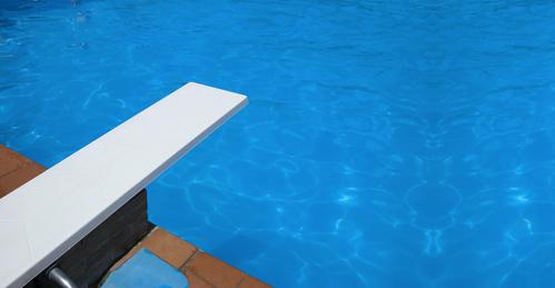 Piscine transformez la en espace de loisirs abri de for Accessoire piscine professionnel